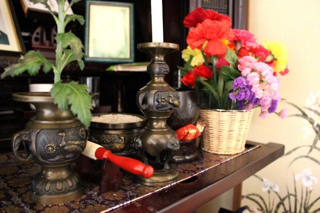 カラフルな花が添えられた仏壇